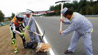 Valentino Rossi berselebrasi layaknya narapidana di GP Republik Ceska 2003. (Visordom)