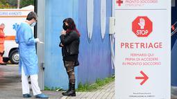 Seorang dokter berbicara dengan kerabat pasien di luar Rumah Sakit San Filippo Neri di Roma, Italia (2/11/2020). Italia melaporkan 22.253 infeksi baru, menambah total kasus COVID-19 di negara itu menjadi 731.588. (Xinhua/Alberto Lingria)