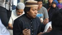 Komedian Komeng saat putrinya, Cantika Alhayu Aldi, di Pemakaman Keluarga Citeureup, Bogor, Minggu (28/8). (Liputan6.com/Herman Zakharia)