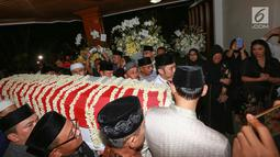Agus Harimurti Yudhoyono dan Edhie Baskoro Yudhoyono tiba membawa jenazah Kristiani Herrawati atau Ani Yudhoyono di Puri Cikeas, Bogor, Sabtu (1/6/2019). Jenazah tiba dengan pesawat Hercules VIP C 130 dan akan dikebumikan di TMP Kalibata pada hari Minggu. (Kapanlagi.com/Budi Santoso)