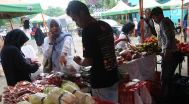 Warga melakukukan aktifitas jual beli saat kegiatan Bazar Ramadan di pelataran kantor DKPPP, BSD, Mekar Jaya, Serpong pada Rabu (15/5/2019). Bazar ini diadakalan oleh Dinas Ketahanan Pangan, Pertanian dan Perikanan (DKPPP) Tangerang Selatan selama tiga hari. (merdeka.com/Arie Basuki)