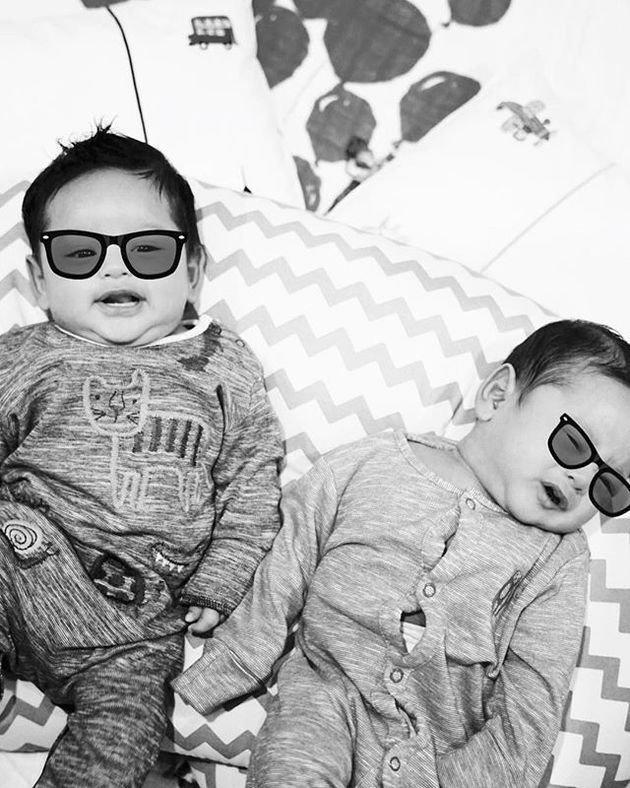 Memakai kacamata, dua bayi kembar ini terlihat sangat cute/copyright instagram.com/sallynadiana/phi
