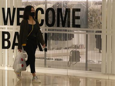 Pengunjung dengan mengenakan masker berkeliling Mall Senayan City, Jakarta, Senin (15/6/2020). Pusat perbelanjaan atau mal di Jakarta kembali dibuka pada Senin (15/6) di masa PSBB transisi dengan jumlah pengunjung masih dibatasi hanya 50 persen dari kapasitas normal. (Liputan6.com/Herman Zakharia)