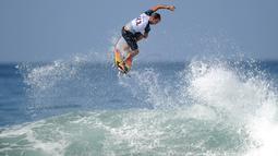 Peselancar Brasil, Caio Ibelli melakukan lompatan sehari sebelum dimulainya kejuaraan dunia surfing dari Liga Selancar Dunia (World Surf League) di Pantai Keramas Kabupaten Gianyar, Bali, Minggu (12/5/2019). Kejuaraan itu bakal diikuti oleh 37 surfer putra dan 19 surfer putri. (SONNY TUMBELAKA/AFP)