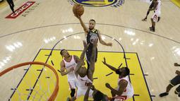 Aksi pemain Warriors, Stephen Curry melakukan lay up saat melawan Rockets pada gim keempat final NBA basketball Wilayah Barat di Oracle Arena, Oakland (22/5/2018). Rockets menang 95-92. (AP/Marcio Jose Sanchez)