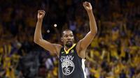 Pebasket Golden State Warriors, Kevin Durant, merayakan kemenangan atas Cleveland Cavaliers pada final NBA di Oracle Arena, Oakland, Minggu (3/6/2018). Warriors menang 122-103 atas Cavaliers. (AFP/Ezra Shaw)
