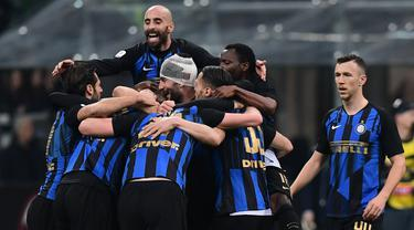 Selebrasi gol pemain Inter Milan pada laga lanjutan Serie A yang berlangsung di Stadion San Siro, Milan, Senin (18/3). Inter Milan menang 3-2 atas AC Milan. (AFP/Miguel Medina)