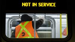 Pekerja otoritas transportasi kota New York bersiap membersihkan gerbong kereta bawah tanah dengan disinfektan di stasiun Coney Island di Brooklyn, Rabu (6/5/2020). Sistem kereta bawah tanah New York dimatikan sementara untuk dibersihkan guna menghentikan penyebaran Covid-19. (AP/Frank Franklin II)