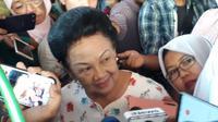 Adik kandung Presiden ke-3 Republik Indonesia Baharuddin Jusuf Habibie, Sri Soedarsono terlihat menjenguk kakaknya yang tengah dirawat di RSPAD Gatot Soebroto, Jakarta Pusat. (Foto: Liputan6.com/Putu Merta Surya Putra)