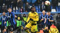 Bek Atalanta, Mattia Caldara dan pemain Borussia Dortmund, Michy Batshuayi berebut bola pada leg kedua babak 32 besar Liga Europa di MAPEI Stadium Citta del Tricolore , Jumat (23/2). Dortmund lolos ke babak 16 besar usai imbang 1-1. (Vincenzo PINTO/AFP)