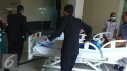 Aktris Julia Perez terbaring dibawa petugas rumah sakit usai menjalani pemeriksaan MRI di RSCM, Jakarta, Rabu (28/12). Julia Perez diketahui mengidap kanker stadium 4. (Liputan6.com/Herman Zakharia)
