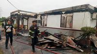 Bangunan bagian depan Rutan Siak yang biasanya digunakan untuk kantor pegawai habis dilalap api. (Liputan6.com/M Syukur)