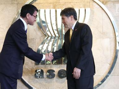 Menteri Luar Negeri Jepang Taro Kono (kiri) berjabat tangan dengan Sekjen ASEAN, Lim Jock Hoi dalam kunjungan ke Gedung Sekretariat ASEAN, Jakarta, Selasa (26/6). Pertemuan menandai hubungan Jepang dan ASEAN yang ke-45. (Liputan6.com/Angga Yuniar)