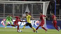 Gelandang Malaysia, Muhammad Safawi Rasid, berusaha melewati pemain Indonesia pada laga kualifikasi Piala Dunia 2022 di SUGBK, Jakarta, Kamis (5/9). Indonesia takluk 2-3 dari Malaysia. (Bola.com/M Iqbal Ichsan)