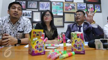 Dirut PT Rizki Abadi Jaya Anugerah, Lidia Kurniawati di dampingi pengacara Hotman Paris saat memberikan keterangan perihal permen jari di Jakarta, Senin (17/10). (Liputan6.com/Angga Yuniar)