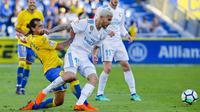 Pemain Real Madrid, Theo Hernandez (kanan) berusaha keluar dari tekanan pemain Las Palmas, Matias Aguirregaray pada lanjutan La Liga Santander di Gran Canaria stadium, Canary island, (31/3/2018). Madrid menang 3-0. (AP/Lucas de Leon)