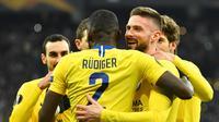 Selebrasi gol kedua Olivier Giroud pada leg kedua, babak 16 besar Liga Europa yang berlangsung di Stadion Stamford Bridge, London, Jumat (15/3). Chelsea menang 5-0 atas Dynamo Kiev. (AFP/ Sergei Supinski)