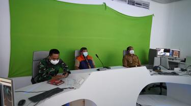 Bupati Garut Rudy Gunawan saat memimpin jalannya rakor secara virtual saat tahap awal pelaksanaan PPKM darurat di Garut, Jawa Barat.