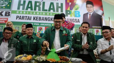 Ketua Umum PKB, Muhaimin Iskandar memotong nasi tumpeng saat peringatan Hari Lahir (Harlah) ke-17 PKB di Kantor DPP PKB, Jakarta, Kamis (23/7/2015). Harlah tersebut dihadiri oleh ratusan anak yatim. (Liputan6.com/Faizal Fanani)
