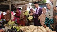 Wali Kota blusukan ke pasar tradisional di Palembang mencari ketupat dan lontong untuk menu berlebaran. (Liputan6.com/Nefri Inge).