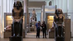 Sejumlah staf terlihat saat pratinjau media menjelang pembukaan kembali Museum Inggris di London, Inggris (25/8/2020). Museum tersebut akan dibuka kembali pada 27 Agustus. (Xinhua/Han Yan)