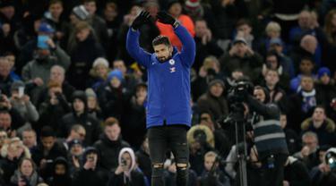 Penyerang baru Chelsea, Olivier Giroud menyapa fans saat perkenalan dirinya di Stamford Bridge di London (31/1). Giroud dikontrak Chelsea senilai 18 juta pound ($ 25 juta) dari Arsenal. AP Photo / Tim Irlandia)
