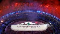 """Tulisan """"See You in Tokyo"""" di tengah lapangan pada upacara penutupan Olimpiade Rio 2016 di Stadion Maracana, Rio de Janeiro, Minggu (21/8). Olimpiade 2016 resmi berakhir, AS keluar sebagai juara umum dengan jumlah 121 medali. (REUTERS/Pawel Kopczynski)"""