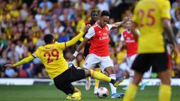 Striker Arsenal, Pierre-Emerick Aubameyang, berusaha membobol gawang Watford pada laga Premier League 2019/20 di Stadion Vicarage Road, Watford, Minggu (15/9). Kedua klub bermain imbang 2-2. (AFP/Ben Stansall)