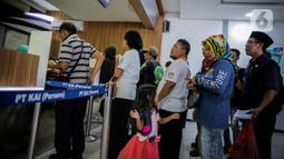 Calon penumpang mengantre di loket pembelian tiket di Stasiun Senen, Jakarta, Senin (9/3/2020). PT KAI Daop 1 Jakarta mengalokasikan 879.736 kursi KA reguler selama lebaran, 14 Mei-5 Juni 2020. (Liputan6.com/Faizal Fanani)