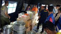 Distribusi bantuan rendang seberat satu ton dari Pemprov Sumbar untuk para pengungsi korban gempa bumi di Palu dan sekitarnya. (Batamnews.co.id/Twitter/Sutopo_PN)