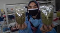 Peneliti menunjukkan bahan mentah daun rhino ketepeng dan daun benalu yang diteliti sebagai obat herbal COVID-19 di Pusat Penelitian Kimia LIPI di Serpong, Banten, 6 Mei 2020. Peneliti LIPI mengembangkan penelitian dua tanaman herbal sebagai obat herbal untuk pasien COVID-19. (Xinhua/Veri Sanovri)