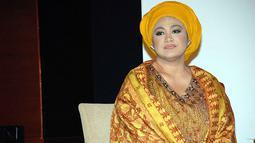 Dewi Hughes dikenal sebagai presenter yang mengenakan hijab di berbagai kesempatan. Akan tetapi tiba-tiba ia memutuskan untuk melepas hijabnya. Namun belakangan ini, ia terlihat mengenakan hijab lagi. (Foto: Kapanlagi.com)