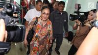 Budayawati Sukmawati Soekarnoputri berjalan memasuki kantor Majelis Ulama Indonesia (MUI) di Jakarta, Kamis (5/4). Kedatangan Sukmawati untuk mengadakan pertemuan  tertutup dengan Ketua Umum MUI, Ma'ruf Amin. (Liputan6.com/Angga Yuniar)