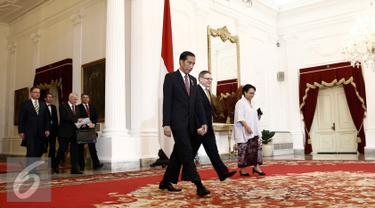 Presiden Joko Widodo mengantar Menteri Luar Negeri Republik Ceko Lubomir Zaoralek di Istana Merdeka, Jakarta, Kamis (25/2/2016). Dalam pertemuan tertutup tersebut membahas mengenai isu-isu global terkini. (Liputan6.com/Faizal Fanani)