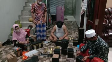 Karyawan Shofa Production sedang membuat kotak tabungan kabah, Rabu (26/5/2021). (Foto: Liputan6.com/Kusfitria Marstyasih)