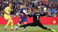 Pemain Barcelona, Lucas Digne (tengah) menceoba mengecoh kiper Villareal, Sergio pada laga La Liga Santander di Camp Nou stadium, Barcelona, (9/5/2018). Barcelona menang telak 5-1. (AFP/Pau Barrena)