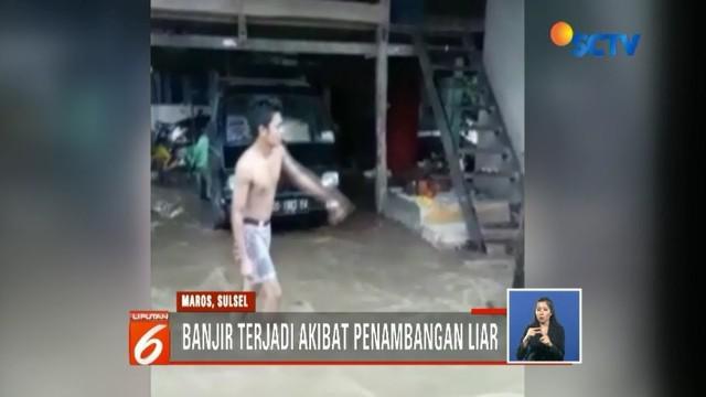 Warga korban banjir bandang di Maros, Sulawesi Selatan, hanya bisa pasrah melihat rumah mereka rusak. Bahkan harta benda dan hewan ternak ikut hanyut terbawa arus.