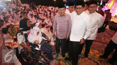 Wapres Jusuf Kalla (tengah) didampingi Dirut BRI Asmawi Syam (kedua kanan), Dirut Bank Mandiri, Kartika Wirjoatmodjo (kanan) dan Dirut BTN Maryono berbincang dengan anak yatim piatu di Jakarta, Kamis (23/6). (Liputan6.com/ Immanuel Antonius)