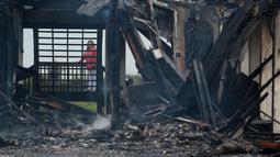 Seorang wanita melihat sisa-sisa reruntuhan rumah mereka usai dilanda badai Harvey, Texas (26/8). Badai Harvey ini tercatat sebagai badai paling kuat yang melanda AS dalam lebih dari sepuluh tahun. (Guiseppe Barranco/The Beaumont Enterprise via AP)