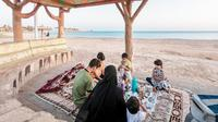 Keluarga Saudi berbuka puasa di pantai. (SPA)