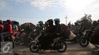 Pemudik motor pada H – 2 Lebaran sudah terlihat ramai di daerah Pantura dari Indramayu menuju Cirebon, Jawa Barat, Rabu (15/7/2015). Pemudik Motor 'menguasai' Jalur Pantura pada H-2 Lebaran. (Liputan6.com/Herman Zakharia)