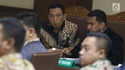 Terdakwa kasus suap dana hibah dari Kemenpora kepada KONI, Ending Fuad Hamidy (tengah) saat mengikuti sidang lanjutan di Pengadilan Tipikor Jakarta, Kamis (25/4). Sidang mendengar keterangan saksi-saksi, termasuk Asisten Pribadi Menpora Imam Nahrawi, Miftahul Ulum. (Liputan6.com/Helmi Fithriansyah)