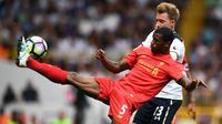 Gelandang Liverpool, Giorginio Wijnaldum, membuang bola dari jangkauan gelandang Tottenham, Christian Eriksen. Tertinggal 0-1 membuat tuan rumah meningkatkan serangan. (Reuters/Dylan Martinez)