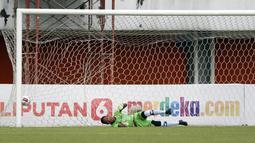 Kiper Persiraja Banda Aceh, Fakhurrazi.tidak dapat menjangkau bola hasil tendangan Ilja Spasojevic. (Bola.com/Ikhwan Yanuar)