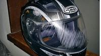 Cara menghilangkan goresan di kaca helm. (pickmyhelmet)