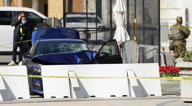 Mobil yang menabrak penghalang Capitol Hill terlihat dekat sisi Senat Capitol AS, Washington, Amerika Serikat, Jumat (2/4/2021). Dua polisi di Gedung Capitol ADS diserang orang tak dikenal. (AP Photo/Carolyn Kaster)