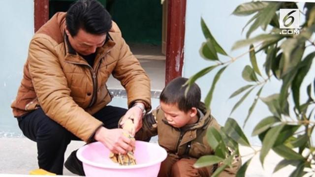 Sang guru, Liu Zhaoming berkisah, sebelumnya sekolah tersebut memiliki 300 orang murid.