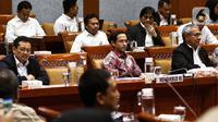 Menteri Pendidikan dan Kebudayaan Nadiem Makarim (tengah) saat rapat dengan Komisi X DPR di Kompleks Parlemen, Senayan, Jakarta, Kamis (12/12/2019). Rapat membahas penghapusan Ujian Nasional (UN) pada 2021 dan sistem zonasi. (Liputan6.com/Johan Tallo)