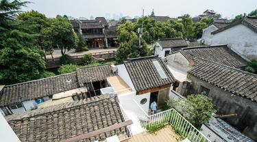 Pemandangan bagian dalam Hotel Gusu Yard di Suzhou, Provinsi Jiangsu, China Timur (29/7/2020). Pemerintah daerah Suzhou telah meningkatkan upaya dalam perlindungan dan pemanfaatan rumah-rumah hunian tradisional, dan mempromosikan pengembangan penginapan yang teratur. (Xinhua/Li Bo)