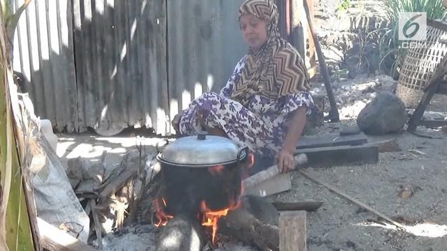 Ibu rumah tangga  kota Pare Pare, Sulawesi Selatan, terpaksa memasak menggunakan kayu bakar, karena, kesulitan mendapatkan tabung gas ukuran tiga kilogram, Rabu (1/8).